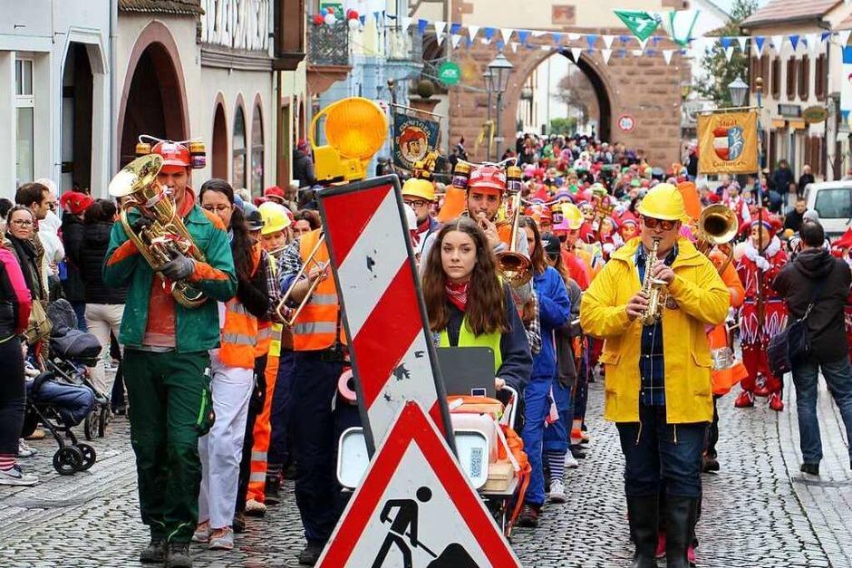 """Kinderumzug in Endingen: Die """"Bauarbeiter"""" der Stadtmusik führten den Umzug an. (Foto: Ruth Seitz)"""