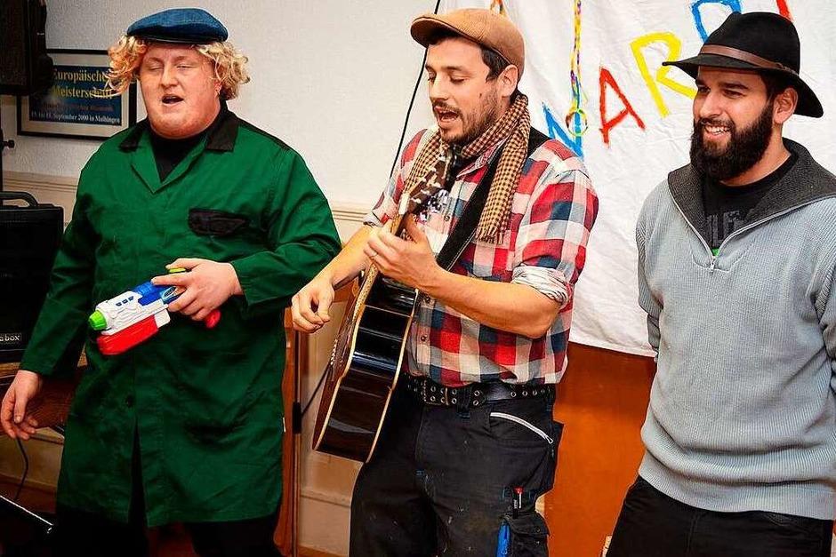 Linus Sedlak, Maximilian Jägler und Ralf Schuppler mit ihrem spritzigen Lied vom Dampfstrahlen. (Foto: Wolfgang Scheu)