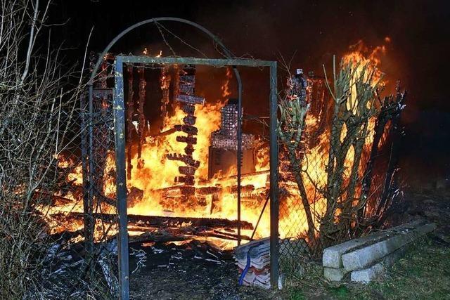 Zwei Gartenhäuser in Flammen