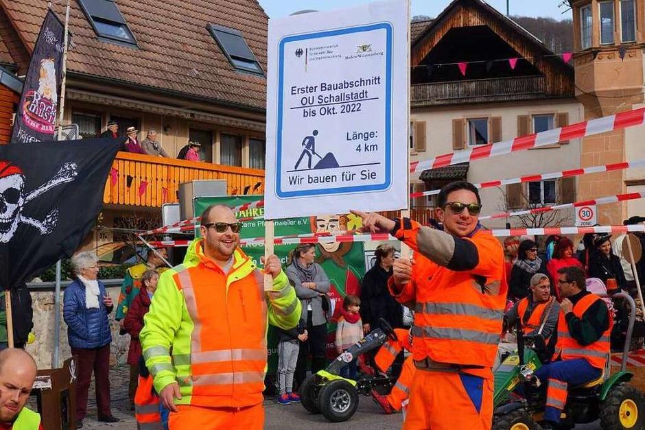 Buntes Treiben am Stubenplatz - es soll eine Mauer um Pfaffenweiler gebaut werden. (Foto: Lena Roser)