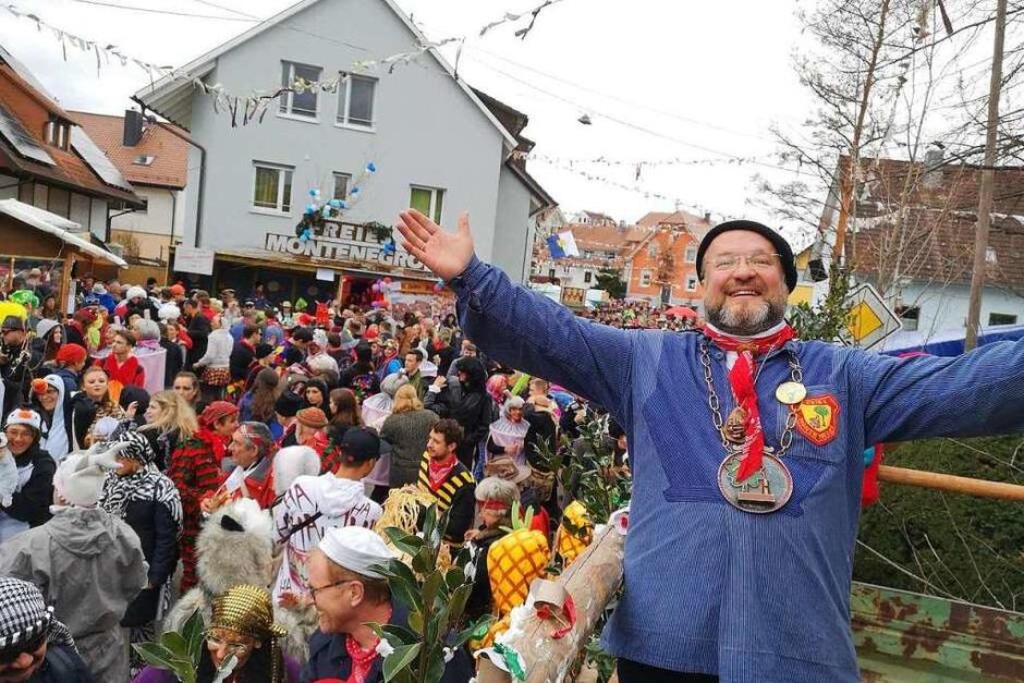 """Montenegros Zunftvogt Martin Bürkle auf dem Gipfel der Glückseligkeit. Tausende haben sich wieder ins Freie Montenegro locken lassen. Er ruft begeistert """"Monte!"""" und die Menge antwortet """"Negro!"""" (Foto: Ralf Burgmaier)"""