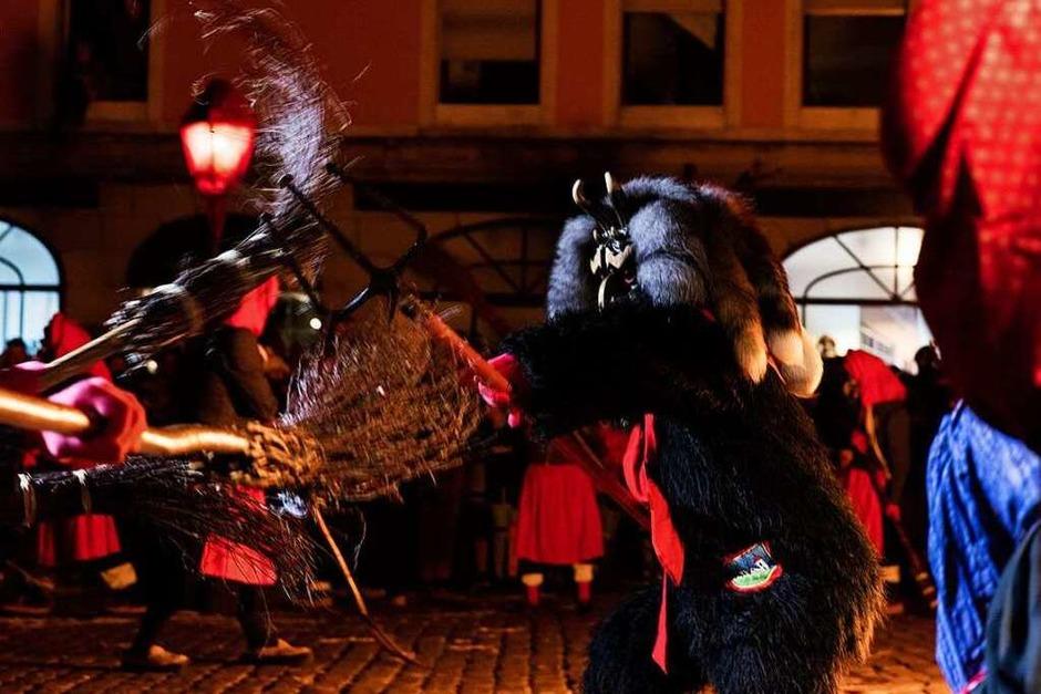 """""""Hexe, Hexe stelze, rab vum Kandelfelse"""" hieß es am Samstag beim Hexensabbat der Kandelhexen. Mit Hexentrunk und Blitzgewitter wurde die Hexenbrut durch den Teufel in die Schar der Kandelhexen aufgenommen. (Foto: Gabriele Zahn)"""