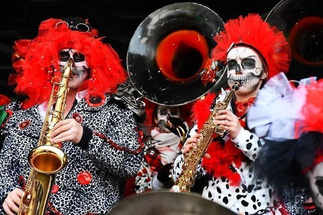 Lörracher Guggenexplosion bringt die Trommelfelle zum Beben und die Besucher zum Tanzen