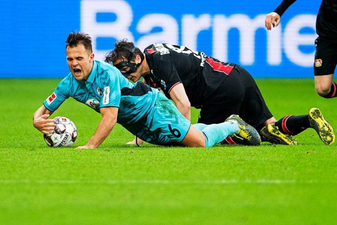 Julian Baumgartlinger  und Freiburgs Amir Abrashi  | Foto: dpa