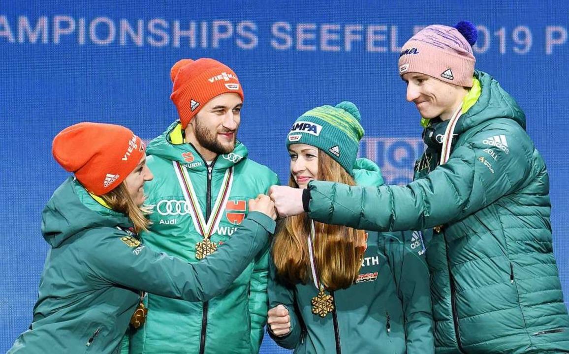 Glückliche Mixed-Weltmeister im Skispr...(von links)  auf dem Podium in Seefeld  | Foto: ZB