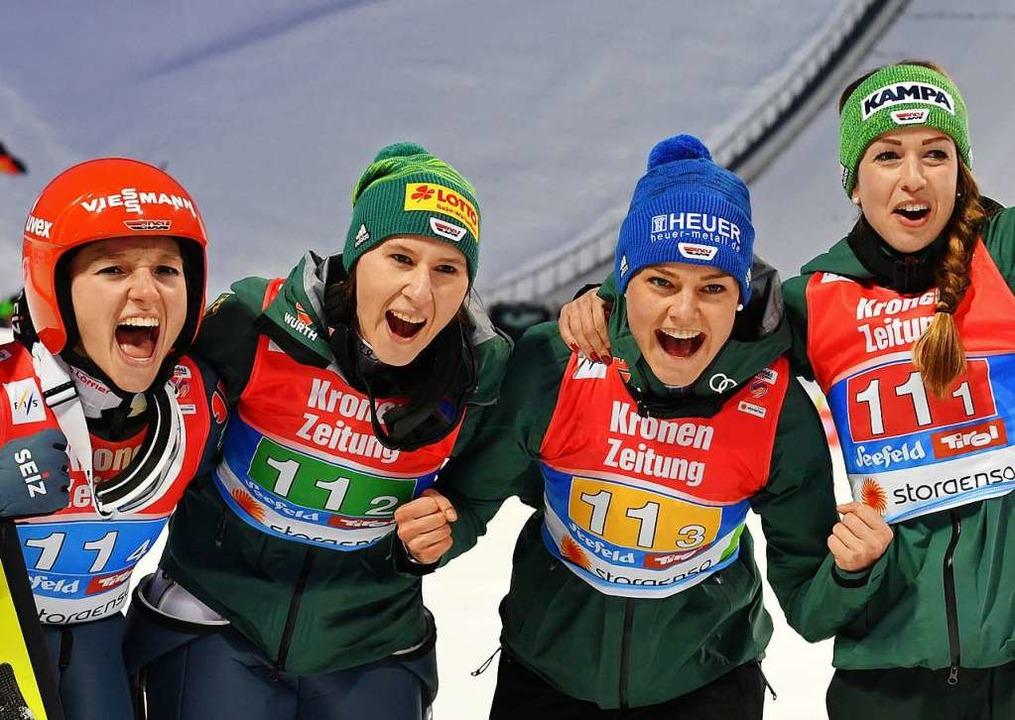 Ramona Straub (Zweite von links) holte Gold mit dem Frauen-Sprungteam.  | Foto: dpa