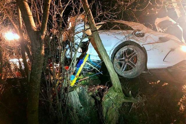 Auto mit drei Insassen kommt von der Straße ab und prallt in Baumreihe