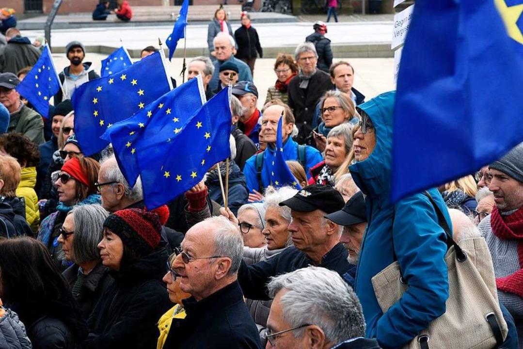 400 Besucher kamen zu der proeuropäisc...bung auf den Platz der alten Synagoge.  | Foto: Thomas Kunz