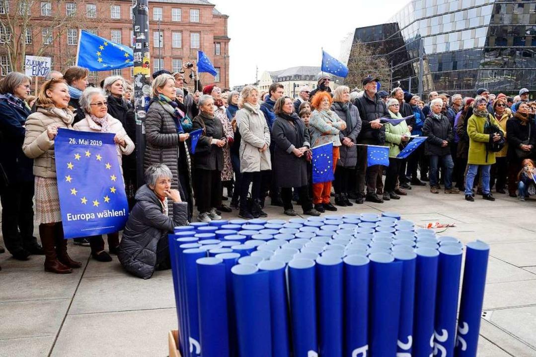Und die Europa-Flaggen, die zu Beginn ...als würden sie dem Gegenwind  trotzen.  | Foto: Thomas Kunz