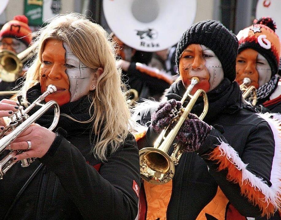 Stark an ihren Instrumenten waren beim Umzug die Oberwihler Hexxegugger.  | Foto: Peter Schütz