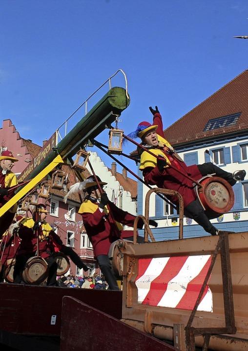 Akrobatik auf dem Fässlewagen  | Foto: Christa Maier