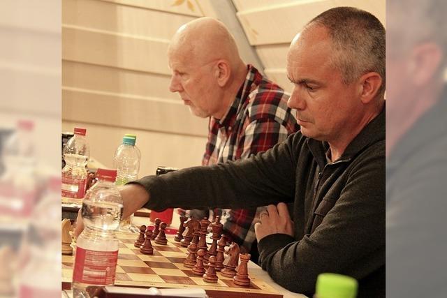 Schachspieler bringen die Figuren zum Tanzen
