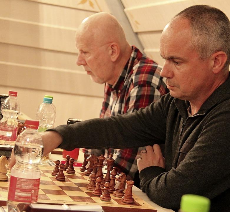 Der englische Gast Philip Crocker spielt hier mit Schwarz.  | Foto: Hohenfeld