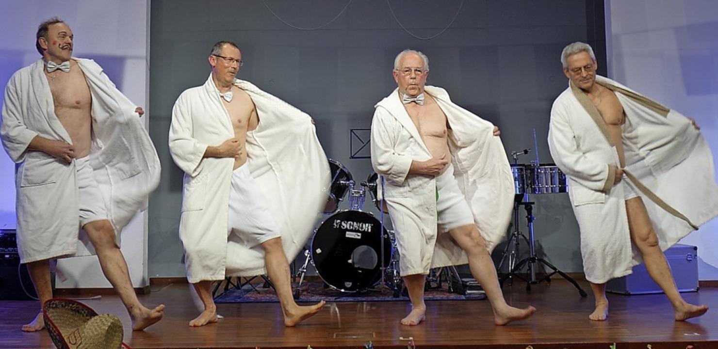 """Wolfgang Schanz (ganz links) tanzte mi...222;Mein kleiner grüner Kaktus"""".    Foto: Lena Roser"""