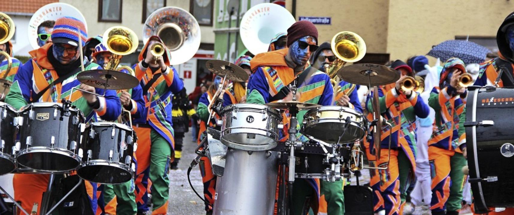 Viele Guggenmusiken und auch  Musikver...nd zeigten unglaubliche Farbenpracht.   | Foto: Lucia van Kreuningen