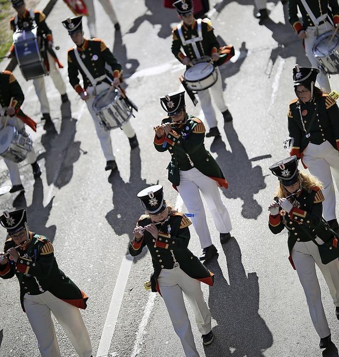 Die Ranzengarde Concordia marschiert im Takt zur Musik.  | Foto: Janos Ruf
