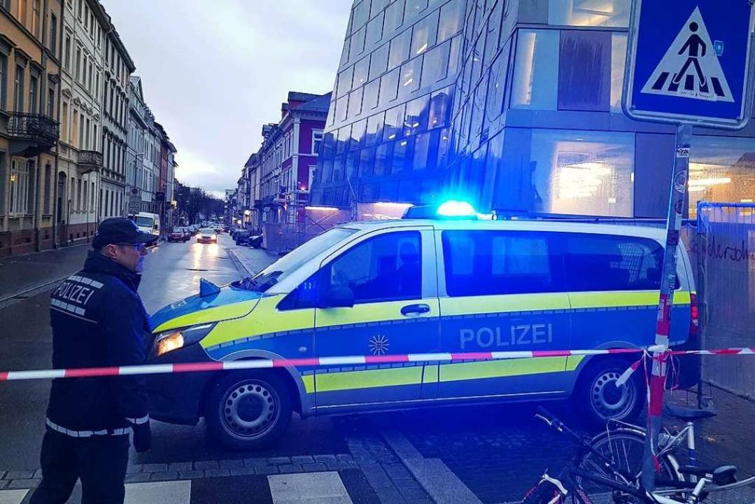 Die Polizei sperrte den Bereich um die UB ab.  | Foto: Sebastian Wolfrum