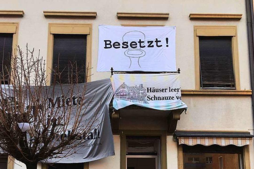 Das Haus an der Klarasstraße 17 bleibt besetzt – vorerst.  | Foto: Sergio Schmidt