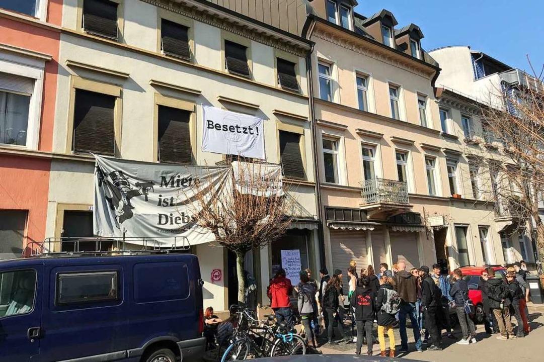 Seit Donnerstag ist das Haus in der Klarastraße 17 besetzt.    Foto: Bernhard Amelung