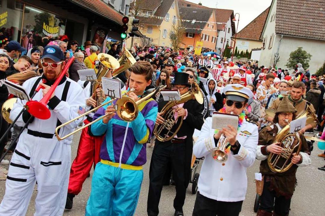 Bunt kostümiert sorgt auch der Musikve...ichtigen Töne beim Gottenheimer Umzug.  | Foto: Mario Schöneberg