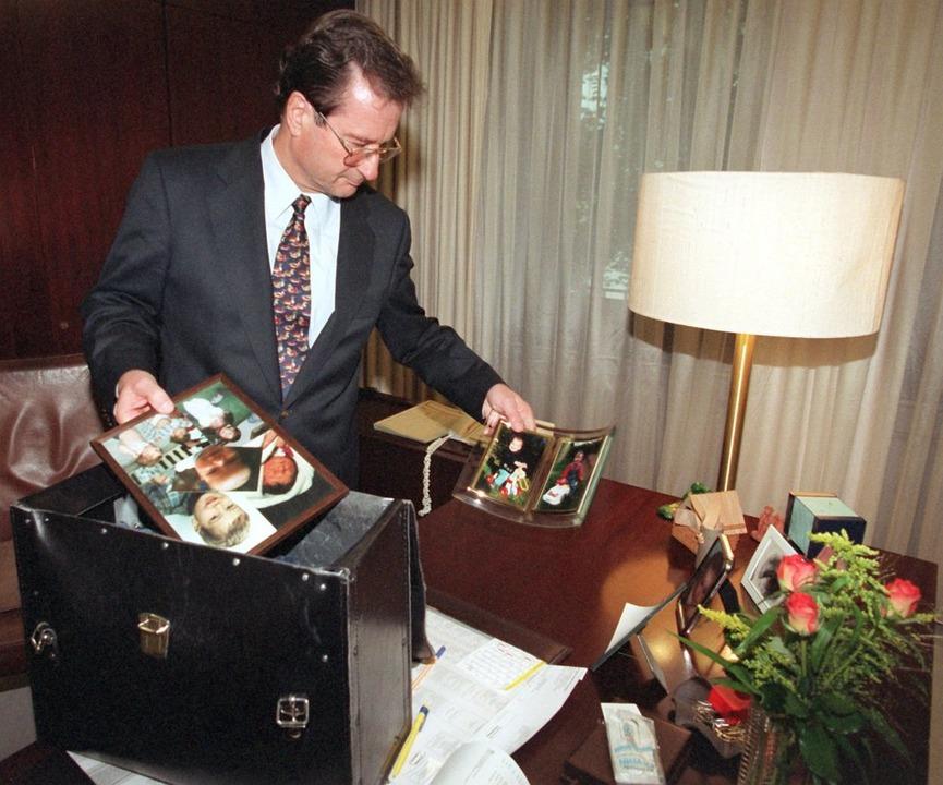 Klaus Kinkel räumt sein Büro als Außenminister  | Foto: dpa