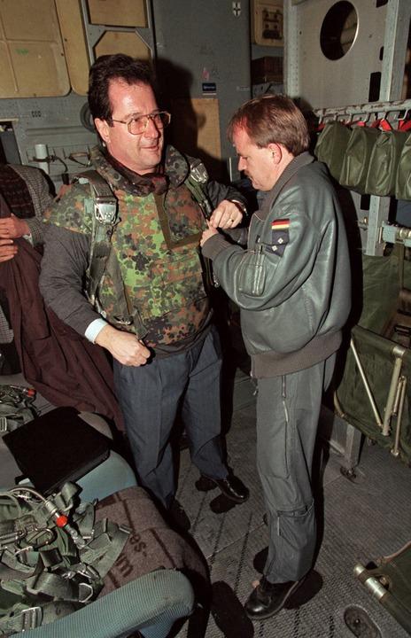 Klaus Kinkel an Bord einer Transall der Bundeswehr  | Foto: dpa