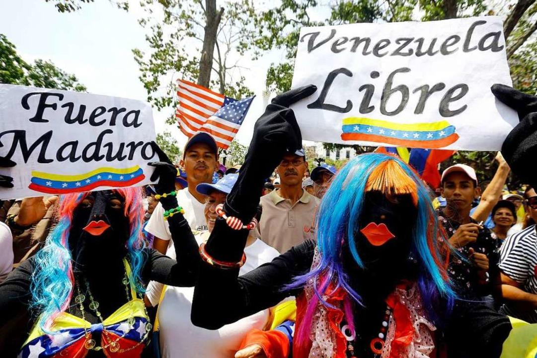 Verkleidete Demonstranten protestieren... die Regierung des Präsidenten Maduro.  | Foto: dpa