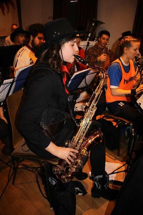 Die Musikkapelle Kollnau heizte unter ...ian Ambs das närrische Volk super ein.  | Foto: Karin Heiß