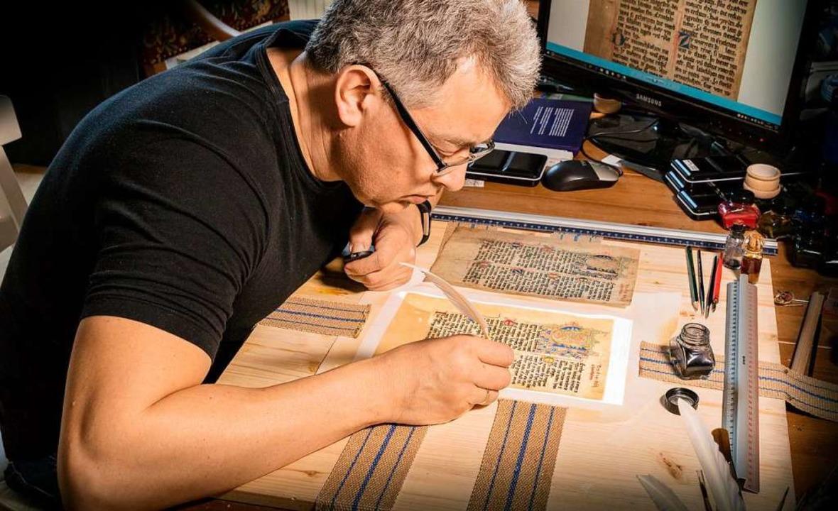 Hans-Jürgen van Akkeren bei der Arbeit in seinem Büro in Kenzingen  | Foto: Privat