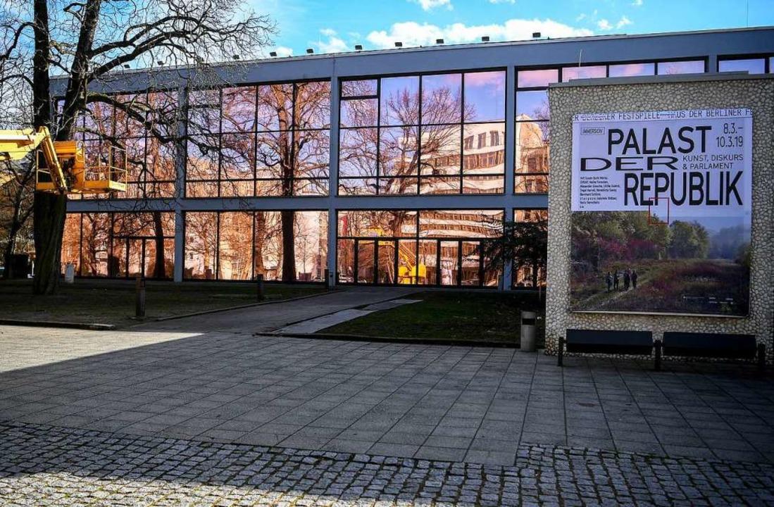 Palast-Fake: Das ist das Haus der Berl...it bronzefarben verdunkelten Fenstern.  | Foto: dpa