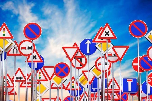 Autofahrer fährt Verkehrszeichen in Merdingen um – und haut ab