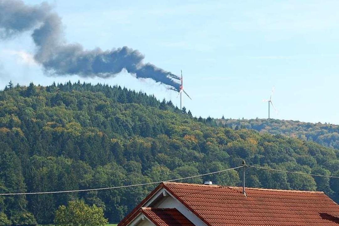 Der Brand eines Windrads auf dem Lahrer Langenhard 2013, von Sulz aus gesehen.  | Foto: Klaus Fischer