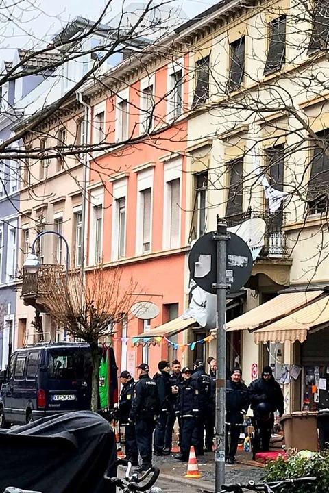 Einsatz in der Klarastraße: Nach Angab... dort keine Besetzer mehr angetroffen.  | Foto: Bernhard Amelung
