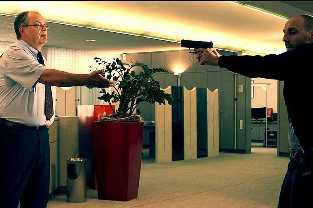 Und Action: Dieter Rupp als Bankkunde ...Franz Lenski) zur Vernunft zu bringen.  | Foto: Babette Staiger