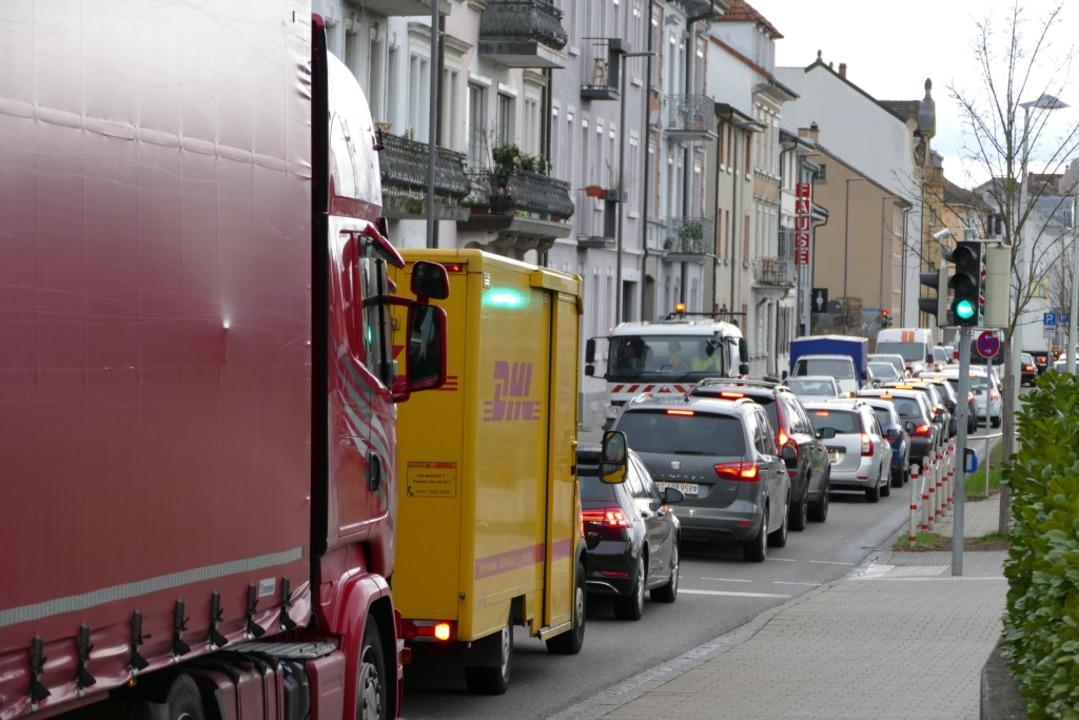 Auch in Lörrach kommt es durch den Unfall zu langen Staus.    Foto: Peter Gerigk