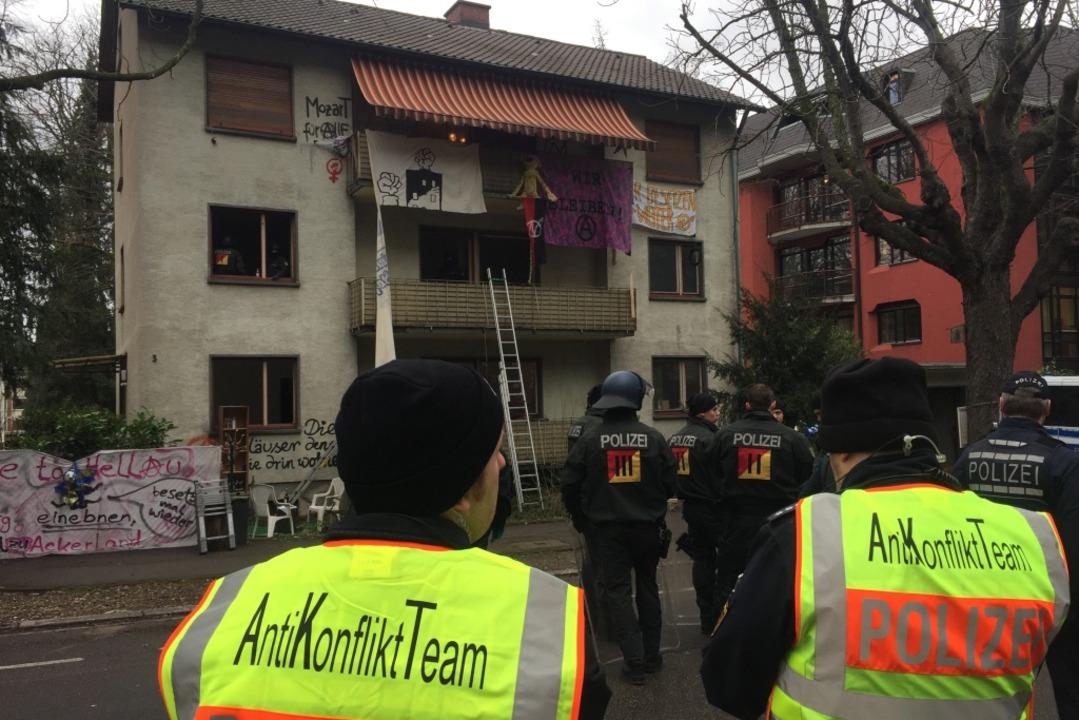 Beamten des Anti-Konflikt-Teams waren vor Ort  | Foto: Jonas Hirt