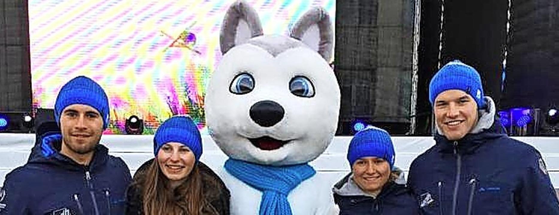 Das alpine Universiade-Team mit Maskot...tlekofer, Olivia Wenk und Tim Siegmund  | Foto: uni