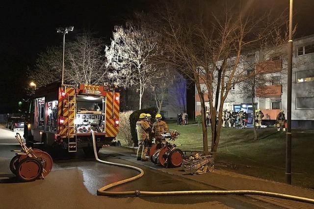 Feuerwehr rettet Frau aus Wohnung