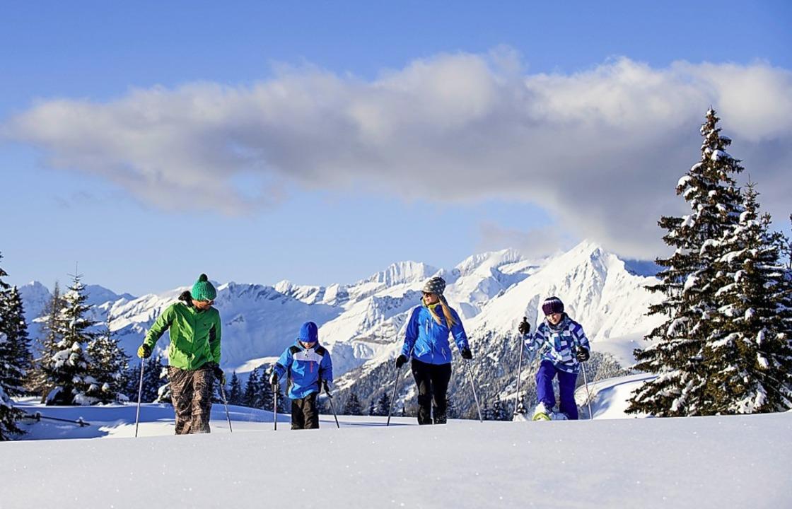 Gemütlichkeit ist Trumpf:  Schneeschuhwandern     Foto: Alex Fitz (dpa)