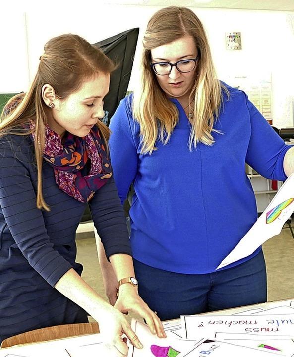 Lisa Thoma (links) und Marisa Kern sic...Botschaften beschrifteten Papierbögen.    Foto: Stefan Limberger-Andris