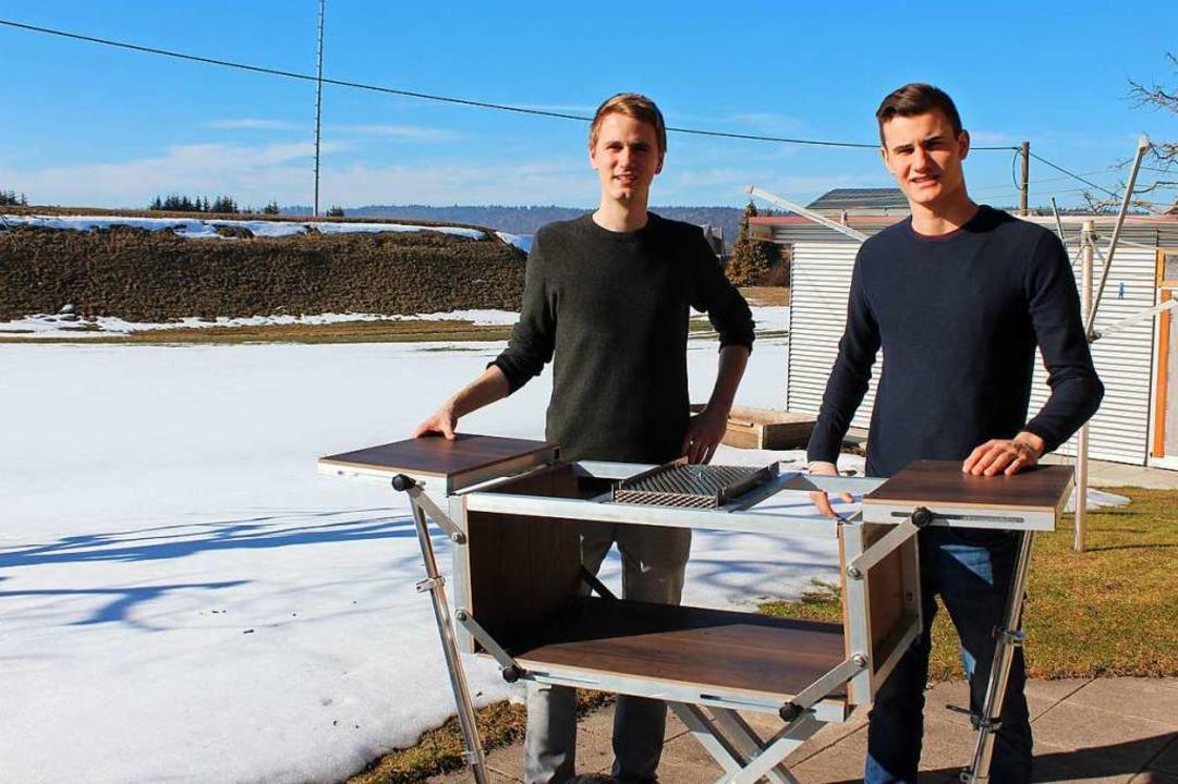Auch Grillen ist möglich: Marc Wenzing...ein Cousin Niklas Roth aus Pfullendorf  | Foto: Christa Maier
