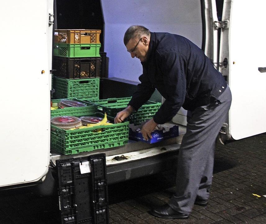 Arthur Hermes beim Verladen der gespendeten Lebensmittel.   | Foto: Bernd Fackler