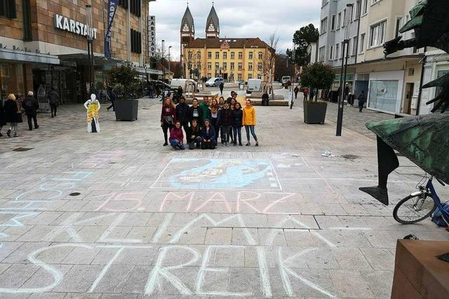 Kreidezeichnung wirbt für Schülerstreik am 15. März