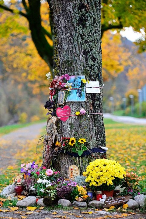 Der Tatort an der Dreisam ist zum Gede...s Freunde dort ihrer Tochter gedenken.  | Foto: Ingo Schneider