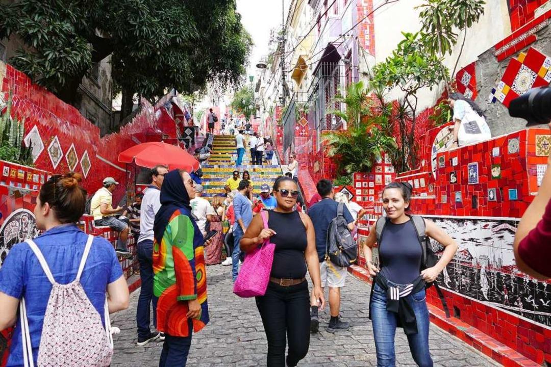 Viel besucht: die Escadaria Selarón in...n mit bunten Keramikscherben beklebte.    Foto: Franziska Dölling