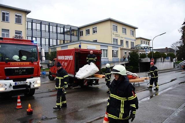 Leckes Dach des Krankenhauses in Schopfheim gesichert