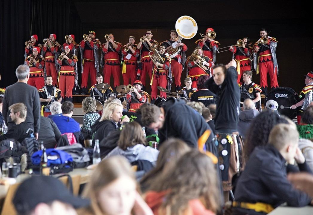 Statt beim Umzug sorgen die Guggenmusiken in der Schwarzwaldhalle für Stimmung.  | Foto: Volker Münch
