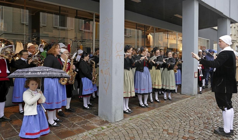 Geschützt unter der Arkade des Kaufhau...ihrem Nachhauseweg mit sakraler Musik.  | Foto: Axel Kremp