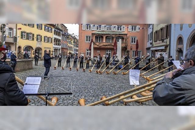 Traditionelle Klänge vor dem Staufener Rathaus