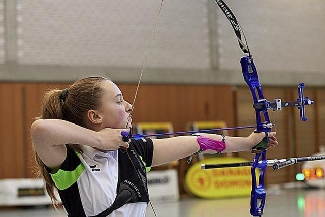 Bogenschützin Svenja Gutmann zielt nach oben